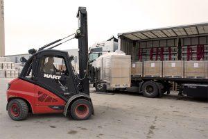 Stapler transportiert Lehmbauplatten